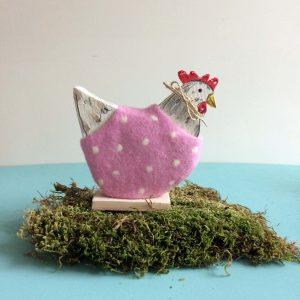 Huhn aus Holz und Filz